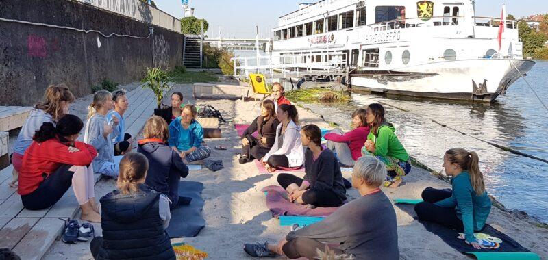 Yoga Am Neckarstrand Mit Ines